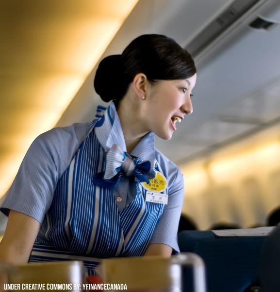 Auxiliar de vuelo trabajando