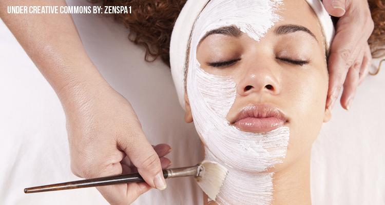 El pulido láser de la persona a la piel problemática