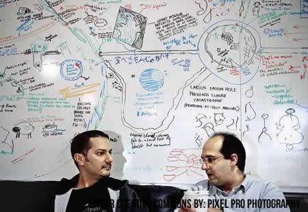 Desarrolladores debatiendo ideas