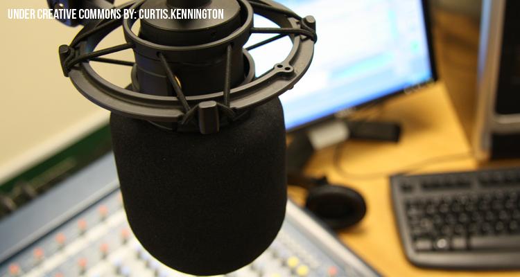 Micrófono utilizado por un locutor en su trabajo