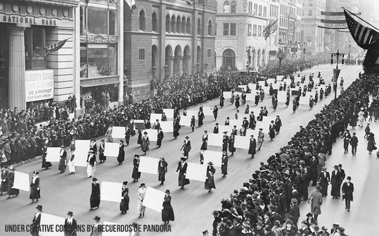 Manifestación a favor del derecho de la mujer a votar (Nueva York, 1917) Fuente: http://en.wikipedia.org/wiki/File:Suffragists_Parade_Down_Fifth_Avenue,_1917.JPG